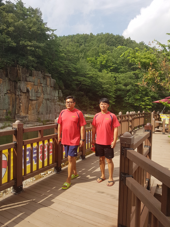 오세훈 목사(오른쪽)가 지난 22일 충북 단양 사인암 유원지에서 동료와 순찰을 하고 있다. [오세훈 목사]