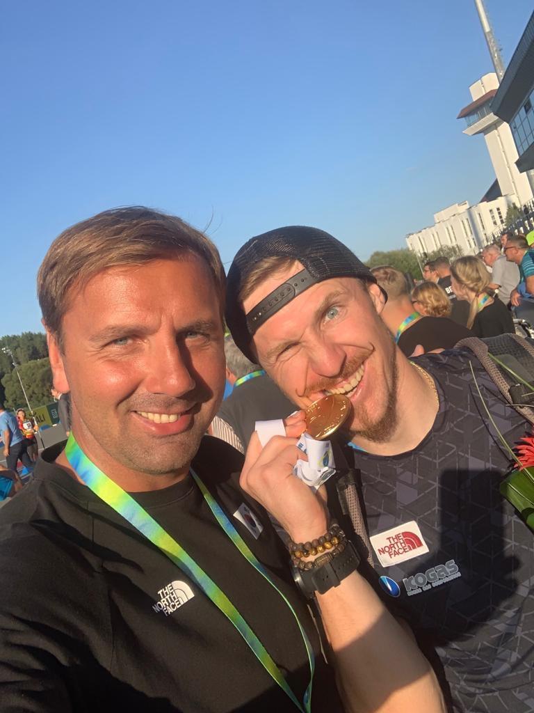 티모페이 랍신(오른쪽)이 안드레이 프루쿠닌 대표팀 코치와 함께 세계선수권 금메달을 딴 뒤 기뻐하고 있다. [사진 대한바이애슬론연맹]