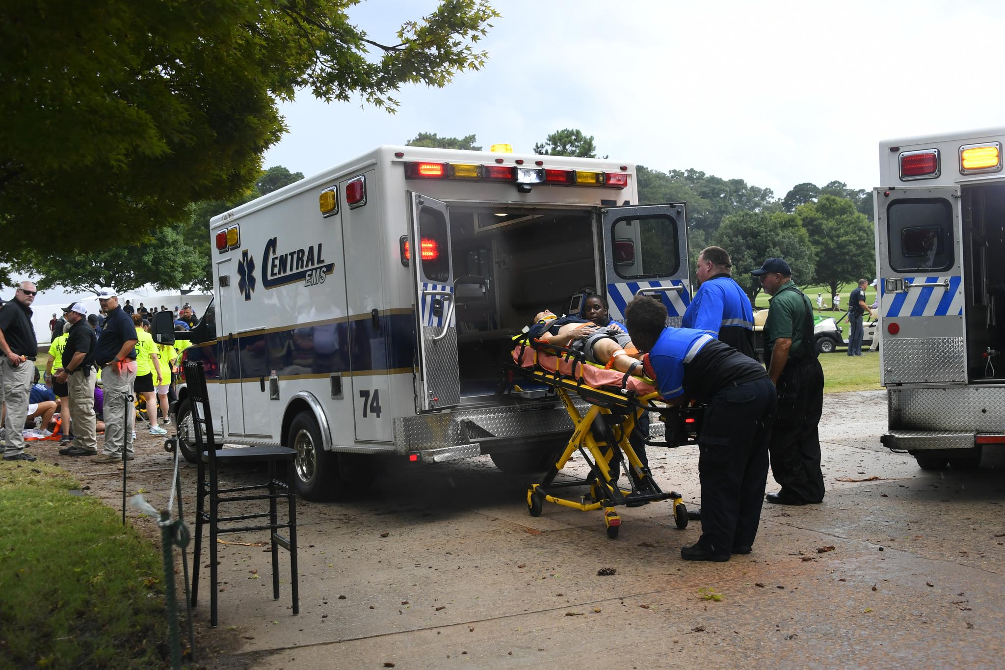 24일(현지시간) 오후 미국 조지아주 애틀랜타 이스트 레이크 골프클럽에서 쓰러진 갤러리가 구급차로 이송되고 있다.  [AP=연합뉴스]