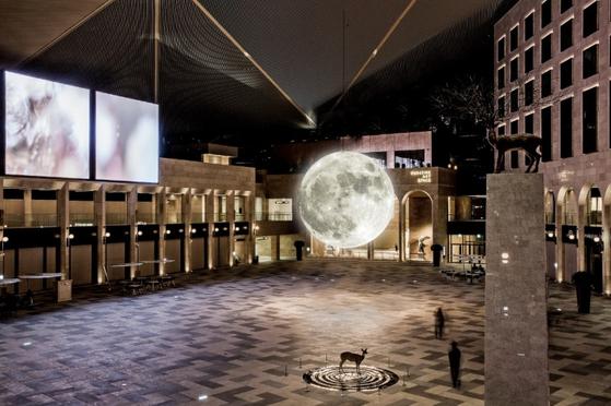 파라다이스시티 로비에 뜬 보름달. [사진 파라다이스시티]