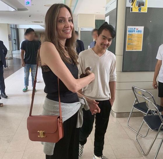 21일 연세대 국제캠퍼스를 찾은 앤젤리나 졸리(왼쪽)와 장남 매덕스. [인스타그램 캡처(@xx_efu)]