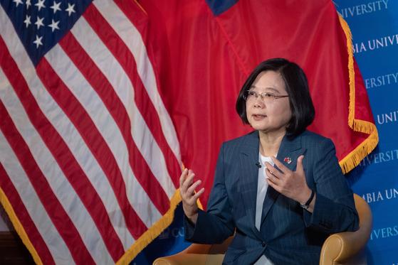 대만의 차이잉원 총통이 7월 12일 미국 뉴욕 컬럼비아 대학에서 열린 포럼에서 연설을 하고 있다. 도널드 트럼프 미국 대통령은 지난해 3월 16일 미국과 대만의 고위인사 방문을 허용하는 '대만여행법(Taiwan Travel Act)'에 서명했다. 이처럼 미국은 최근 대만 카드를 던져 중국의 심기를 건드리고 있다. EPA=연합]