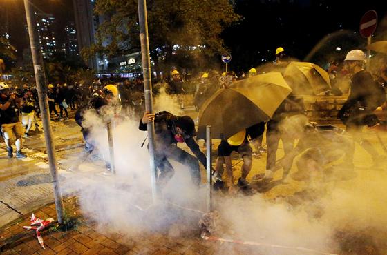 24일 홍콩에서 범죄인 인도법 반대 시위자들과 경찰 간의 무력 충돌이 발생했다. [로이터=연합뉴스]