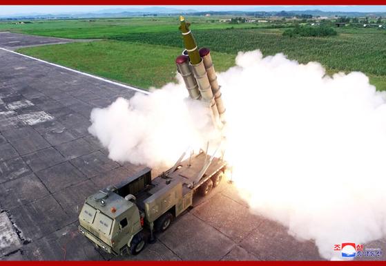 북한이 24일 함남 선덕에서 신형 초대형방사포를 발사하고 있다. [조선중앙통신]