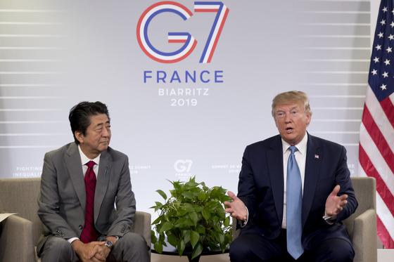 도널드 트럼프 미국 대통령이 25일(현지시간) 프랑스 비아리츠에서 열린 G7 정상회의에서 아베 신조 일본 총리와 정상회담을 시작하며 얘기하고 있다.[AP=연합]