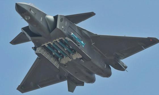 중국의 스텔스 전투기인 J-20. 대만은 이 전투기를 가장 큰 위협 요소 중 하나로 꼽는다. [사진 웨이보]
