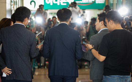 조국 법무부 장관 후보자가 25일 서울 종로구에 마련된 인사청문회 준비 사무실로 들어서며 입장을 밝히고 있다. [뉴스1]