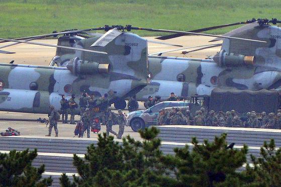 25일 오전 해군이 동해 영토수호훈련을 시작한 가운데 해병대원들이 경북 포항공항에서 독도로 이동하기 위해 육군 대형수송헬기 치누크(CH-47)에 탑승하고 있다. 병력 중에는 해병대원들과 다른 복장을 한 특수부대원들도 포함돼 있는 것으로 알려졌다. 독도방어훈련은 26일까지 실시된다.