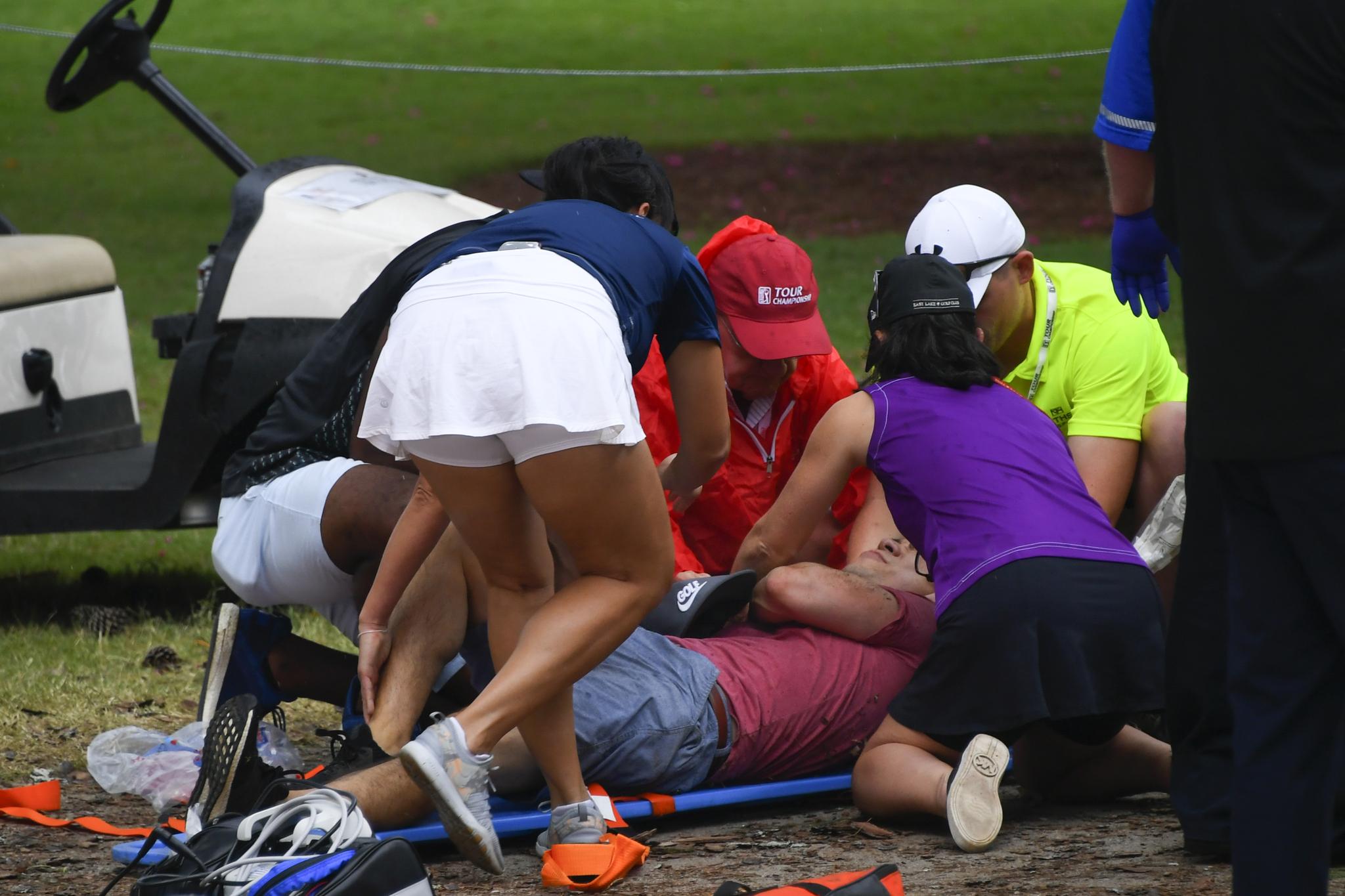 24일(현지시간) 오후 미국 조지아주 애틀랜타 이스트 레이크 골프클럽에서 쓰러진 갤러리가 응급처치를 받고 있다. [AP=연합뉴스]