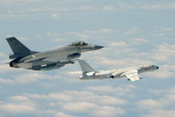 대만 공군의 F-16A가 대만방공식별구역에 진입한 중국 공군의 H-6 전략폭격기에 대응하고 있다. [사진 대만 공군]