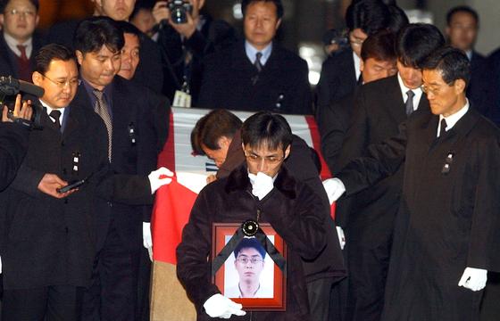 2003년 12월 남극 세종기지에서는 제17차 월동연구대원이 조난 당한 동료를 구조하려고 출동했다가 고무보트가 강풍에 뒤집혀 전재규 대원이 숨지는 안타까운 사고가 있었다. [중앙포토]