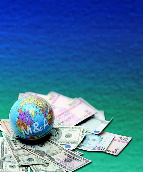 국내기업 해외 M&A (인수합병) 바람. 지구본 , 외화, 달러, 지폐, 투자. [중앙일보DB]