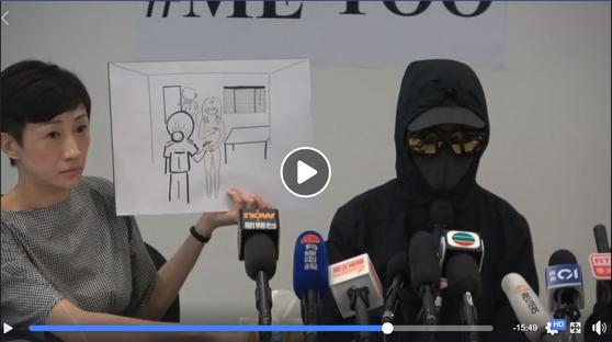 홍콩 시위 도중 체포당한 여성 루이(가명)씨가 지난 23일 기자회견을 열고 자신이 경찰 조사 과정에서 성추행을 당했다고 폭로했다. 위 그림은 여경이 알몸을 가린 자신의 손을 치우라며 펜으로 허벅지를 친 상황을 보여준다. [입장신문 페이스북]