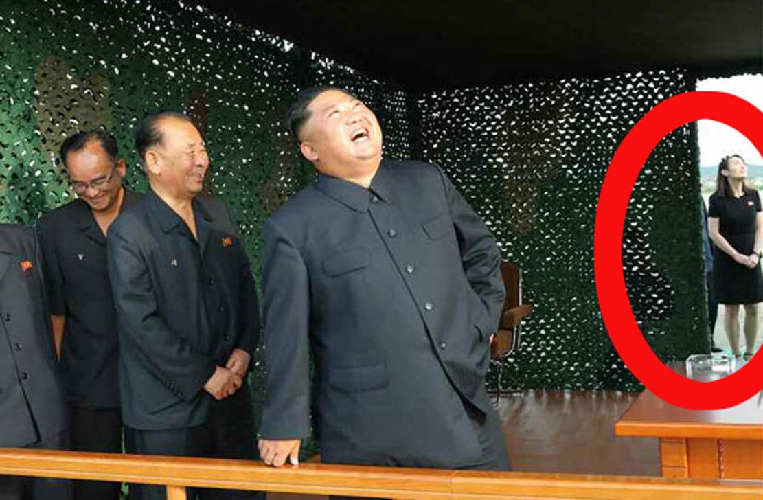 """북한 김정은 국무위원장이 24일 """"새로 연구개발한 초대형방사포시험사격을 지도했다""""고 25일 노동신문이 보도했다. 발사현장에는 김여정도 있었다. [사진 노동신문=뉴시스]"""