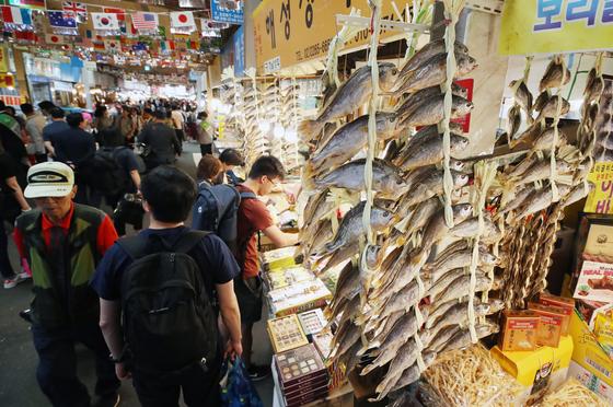 지난해 9월 추석을 앞두고 손님들로 붐비는 광장시장 모습. [연합뉴스]