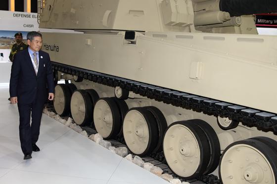 정경두 국방부 장관이 지난 2월 아랍에미리트(UAE) 아부다비 국립전시장(ADNEC)에서 열린 방산전시회 'IDEX(International Defence Exhibition and Conference) 2019' 개막식에 참석한 뒤 한국관을 찾았다. 사진 연합뉴스