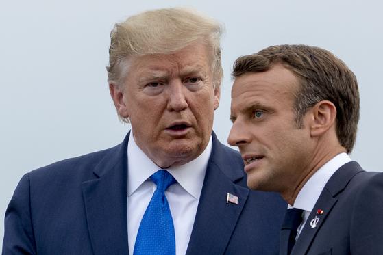 도널드 트럼프 미국 대통령이 24일(현지시간) 프랑스 남부 비아리츠에서 열린 주요 7개국(G7) 정상회의에서 에마늬엘 마크롱 프랑스 대통령과 대화하고 있다.[AP=연합뉴스]