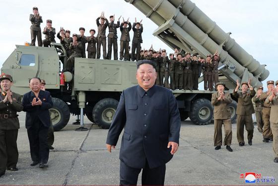 북한이 지난 24일 '새로 연구 개발한 초대형 방사포'를 김정은 국무위원장의 지도 하에 성공적으로 시험발사했다고 조선중앙통신이 25일 보도했다. 사진은 중앙통신 홈페이지에 게재된 방사포 발사 모습으로 차륜형 발사대에 발사관 4개가 식별된다. [연합뉴스]
