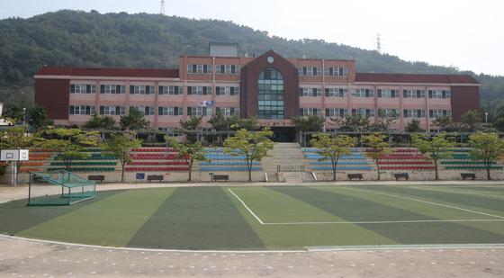 경남 창원시 진해구에 위치한 웅동중학교 전경. 송봉근 기자