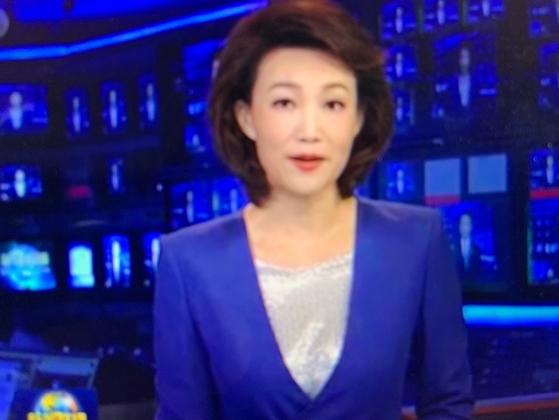 중국 중앙텔레비젼 앵커인 리즈멍이 24일 저녁 7시 메인 뉴스에서 미국의 관세 추가 부당성을 지적하고 있다. [중국 CCTV 캡처]