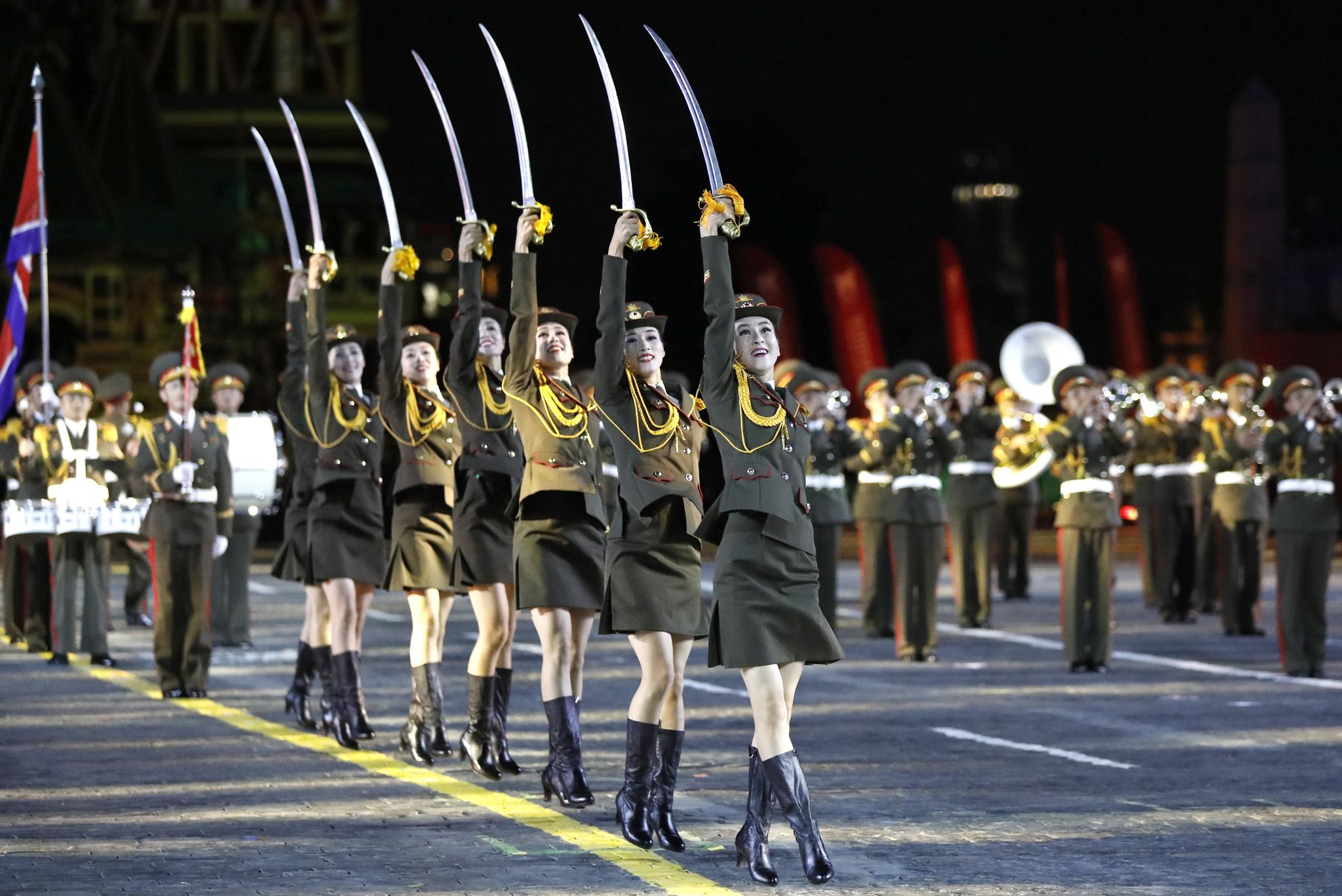 23일(현지시간) 러시아 모스크바 붉은광장에서 개막된 '제12회 스파스카야 타워 세계 군악 축제'에 참가한 북한 군악대가 공연하고 있다.[타스=연합뉴스]