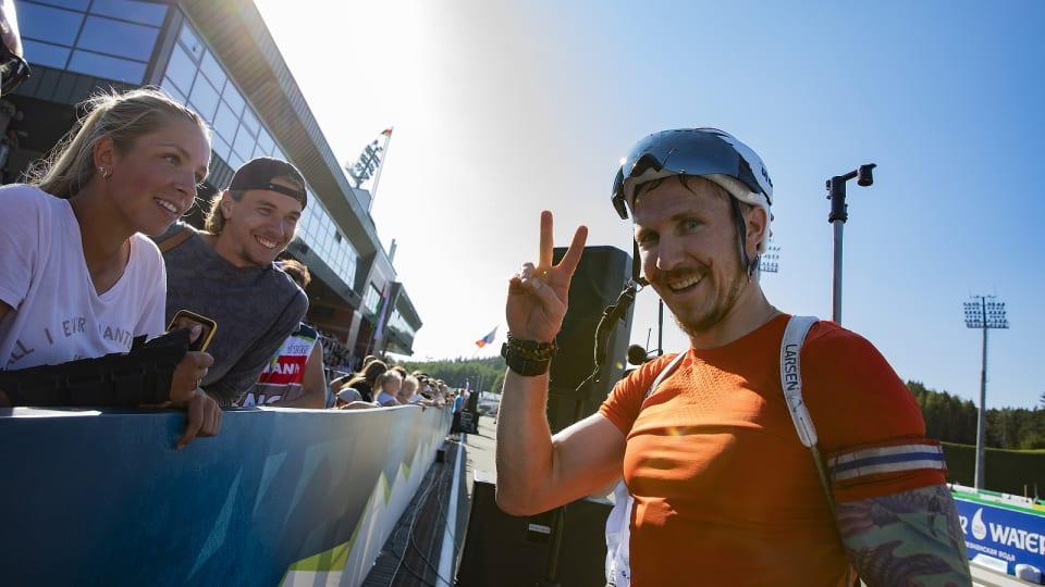 티모페이 랍신이 24일 열린 바이애슬론 하계 세계선수권 남자 7.5km 스프린트 결선에서 우승을 확정한 뒤 환하게 웃고 있다. [사진 국제바이애슬론연맹]