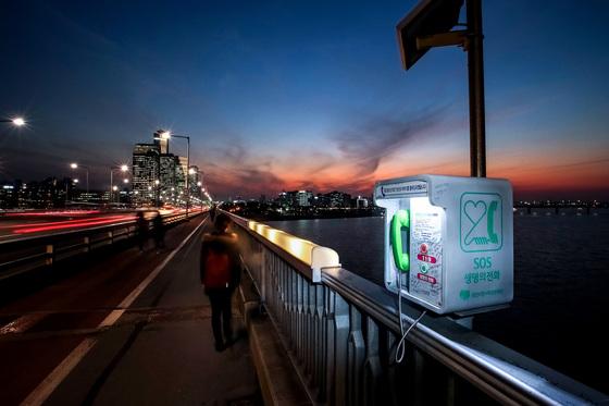 한강 교량 위 'SOS생명의 전화'는 2011년 7월 설치를 시작했다. 현재 19개 교량 위에 74개 전화기가 있다[중앙포토]