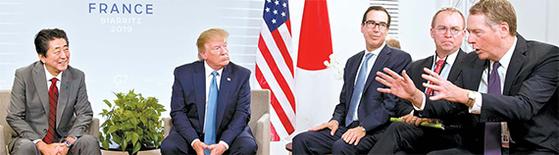 """프랑스 비아리츠에서 열리고 있는 G7 정상회의에 참석 중인 도널드 트럼프 미국 대통령(왼쪽 둘째)과 아베 신조 일본 총리(왼쪽)가 25일 미·일 정상회담을 가졌다. 정상회담에 배석한 로버트 라이트하이저 미 무역대표(오른쪽)가 양국 무역 실무협상 결과를 설명하고 있다. 이날 회담에서 미·일 양국 정상은 최근 북한 미사일 발사대에 대해 '유엔 결의 위반으로 극히 유감이다""""고 밝혔다. [AP=연합뉴스]"""