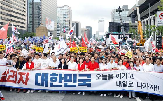 자유한국당 황교안 대표와 나경원 원내대표 등 소속의원과 당원들이 지난 24일 서울 광화문에서 집회를 마친 뒤 청와대로 행진하고 있다. 주최 측은 10만 명이 참여했다고 밝혔다. [뉴시스]