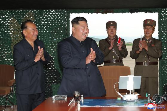 북한 조선중앙통신이 '새로 연구 개발한 초대형 방사포'를 김정은 국무위원장의 지도로 시험발사에 성공했다며 25일 이 사진을 보도했다. [연합뉴스]