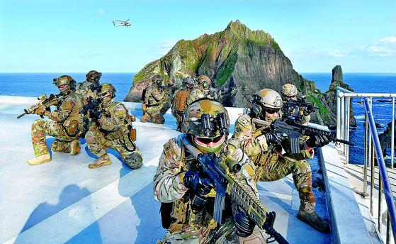 '한일군사정보보호협정(GSOMIA·지소미아)' 종료 선언 사흘 만인 25일 군이 독도방어훈련에 돌입했다. 사상 처음으로 이지스함인 세종대왕함과 육군 특전사가 참가했다. 훈련 첫날 독도 동도 헬기장에 착륙한 해군 특수전전단(UDT/SEAL) 대원들이 작전을 펼치고 있다. [사진 해군]