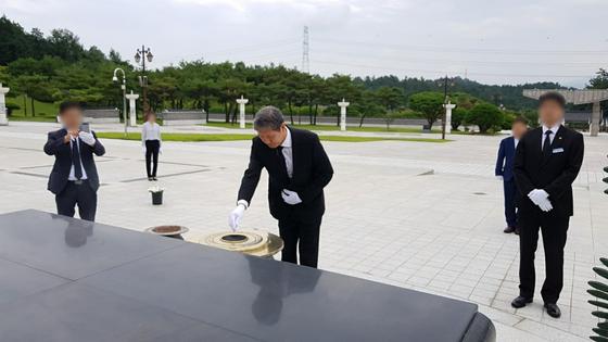 노태우 전 대통령의 아들 재헌씨가 지난 23일 광주 북구 국립5·18민주묘지를 찾아 참배하고 있다.[뉴스1]