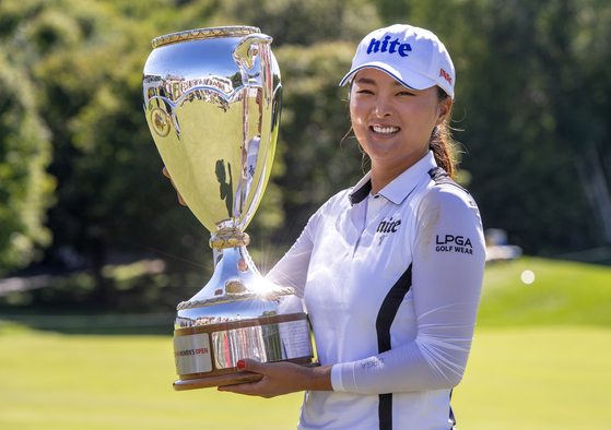 고진영이 26일 열린 LPGA 투어 캐나다 퍼시픽 여자 오픈에서 우승한 뒤, 트로피를 들어올리며 활짝 웃고 있다. [AP=연합뉴스]