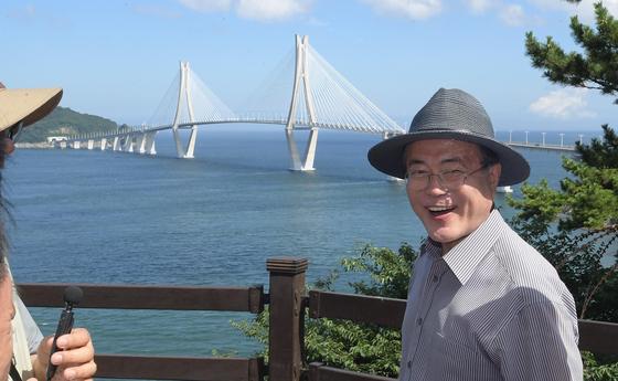 문재인 대통령이 경남 거제시에 위치한 저도를 방문해 산책로 전망대에서 바다를 조망하고 있다. [청와대사진기자단]