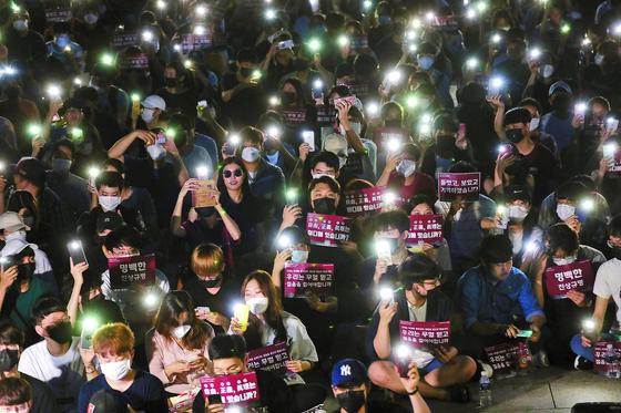 23일 오후 서울 성북구 고려대 중앙광장에서 학생들이 조국 법무부 장관 후보자 딸의 고려대 입학 과정에 대한 진상규명을 촉구하는 촛불집회를 열고 있다. 우상조 기자.