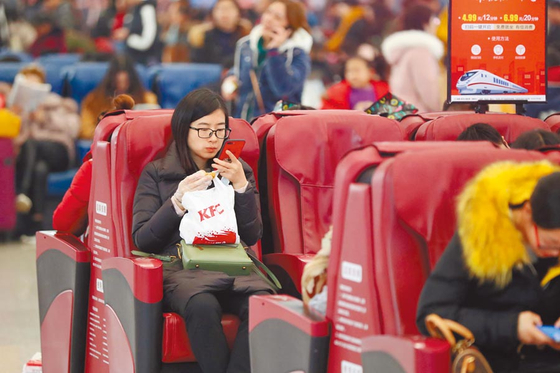 중경북역(重庆北站) 북광장(北广场)의 대합실에서 시민들이 안마의자에 앉아 휴식을 취하고 있다. [출처 CFP]