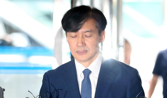 조국 법무부 장관 후보자가 25일 오전 인사청문회 준비를 위해 서울 종로구 현대적선빌딩에 마련된 사무실로 출근하며 입장을 밝히고 있다. [뉴스1]