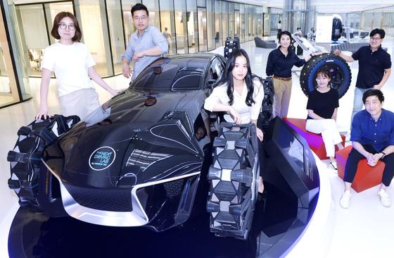 한국타이어 디자이너들이 대전 한국타이어 테크노돔에서 회의를 마친 뒤 직접 개발한 최첨단 미래 콘셈트 타이어 앞에 모였다. 프리랜서 김성태