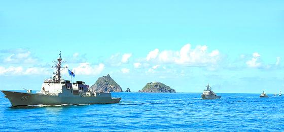 '동해 영토수호 훈련'에 사상 처음 참여한 이지스함인 세종대왕함(DDG991·7600t급·왼쪽)을 포함한 해군 제7기동전단이 25일 독도 앞 해상에서 기동하고 있다. [사진 해군]