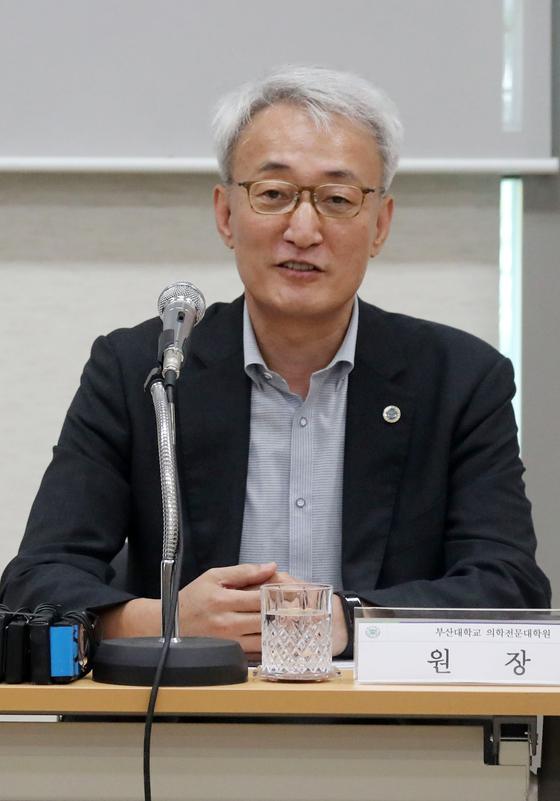 26일 신상욱 부산대학교 의학전문대학장이 부산대 양산캠퍼스 1층 세미나실에서 열린 기자간담회에서 기자들의 질문에 답하고 있다. 송봉근 기자