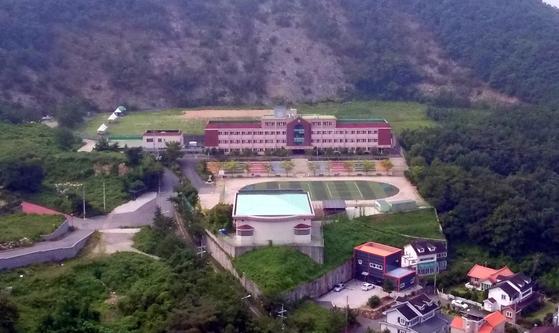 웅동학원이 운영하고 있는 경남 창원시 진해구 웅동중학교. 산중턱에 위치하고 있다. 송봉근 기자