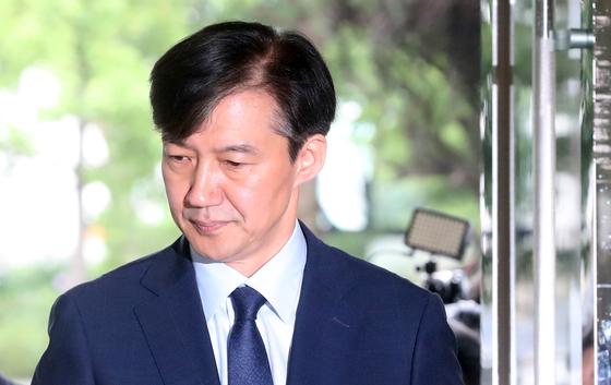 조국 법무부 장관 후보자가 26일 서울 적선동 청문회 준비 사무실로 출근하고 있다. 강정현 기자