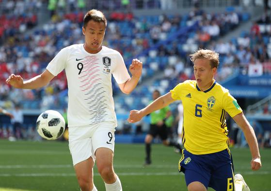 지난해 러시아월드컵 본선 스웨덴전에 출전한 김신욱. 벤투호 출범 이후 처음 A대표팀에 뽑혔다. [뉴스1]