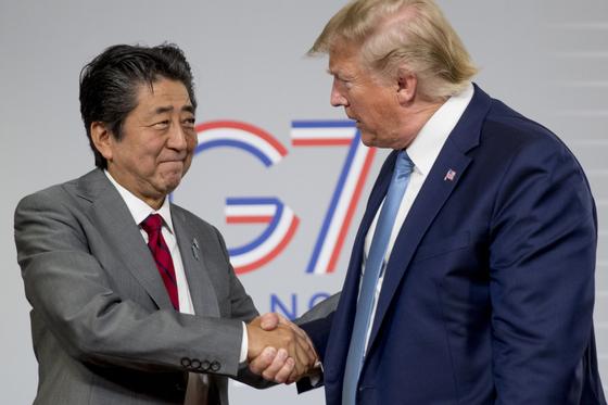 프랑스에서 열리고 있는 G7 정상회의에서 양자 회담을 한 도널드 트럼프 미 대통령과 아베 신조 일본 총리 [AP=연합뉴스]
