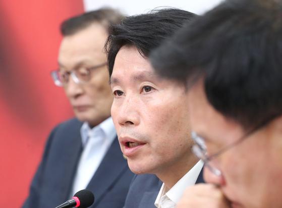 더불어민주당 이인영 원내대표(가운데)가 26일 오전 국회에서 열린 최고위원회의에서 발언하고 있다. [연합뉴스]
