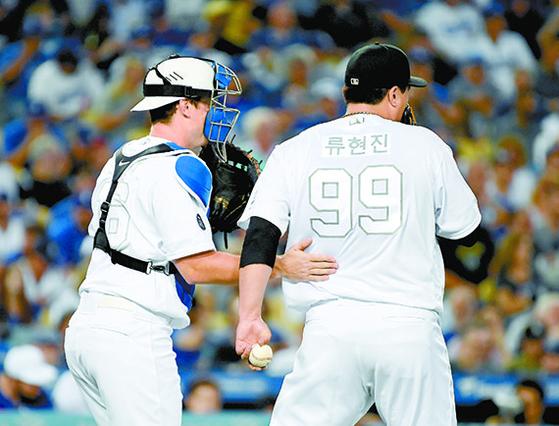 지난 24일 양키스전에서 다저스 포수 윌 스미스(왼쪽)가 류현진을 격려하고 있다. 류현진은 한글 유니폼을 입었다. [USA투데이=연합뉴스]