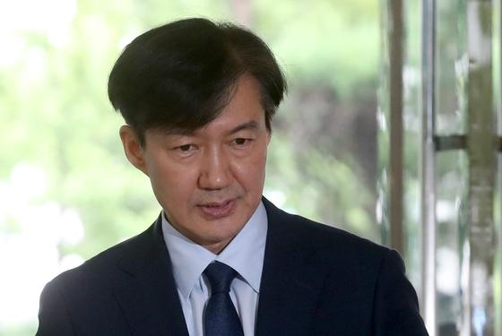 조국 법무장관 후보자가 26일 서울 적선동 청문회 준비 사무실로 출근하고 있다. 강정현 기자