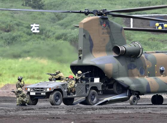 25일 일본 자위대가 시즈오카(靜岡)현의 고텐바(御殿場)시 히가시후지(東富士)연습장에서 공개 훈련인 '후지종합화력연습'을 실시하고 있다. 2만3천500명의 일반인이 관람하는 가운데 2천400명의 자위대원들이 전차·장갑차 80대, 대포 60문, 항공기 20기, 실탄 35톤(t)을 동원해 훈련을 했다. [연합뉴스]