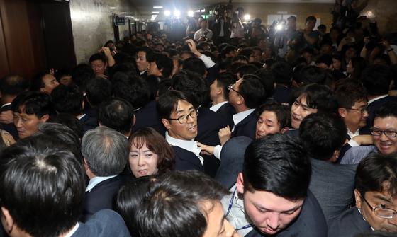 지난 4월 패스트트랙 법안을 접수하려는 더불어민주당 의원과 접수를 막으려는 자유한국당 의원, 당직자들이 25일 오후 서울 영등포구 여의도 국회 의안과 앞에서 몸싸움을 벌이는 모습. [뉴시스]