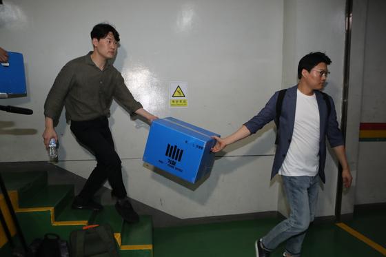 27일 오후 검찰 수사관들이 부산시청 재정혁신담당관실에서 압수 수색한 물품을 옮기고 있다. 송봉근 기자